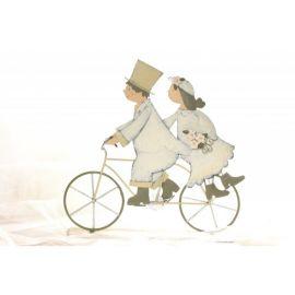 Figura metálica original de novios en bicicleta.