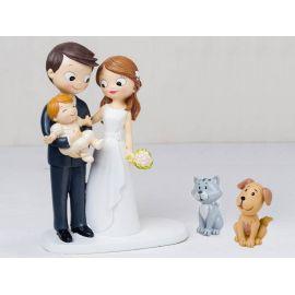 Figura novios tarta con bebé a brazos acompañados por mascotas