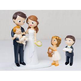 Figura novios tarta bebé a brazos con niño cojín alianzas y niña cesta pétalos