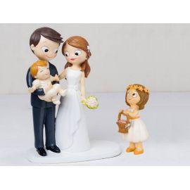 Figura novios tarta bebé a brazos y niña con cesta de pétalos