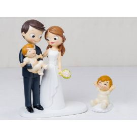 Figura novios tarta con bebé a brazos y bebé sentado en cojín