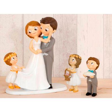 Figura novios tarta con niña llevando la cola de novia, niña cesta de pétalos y niño cojín alianzas