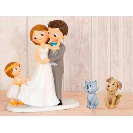 Figura novios tarta con niña llevando la cola de novia y mascotas