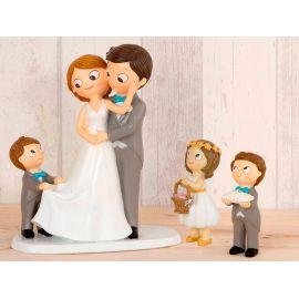 Figura novios tarta con niño llevando la cola de novia, niña cesta de pétalos y niño cojín alianzas
