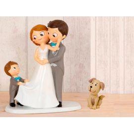 "Figura novios tarta con niño llevando la cola de novia y mascota ""Perro"""
