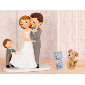 Figura novios tarta con niño llevando la cola de novia y mascotas