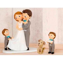 Figura novios tarta con niño llevando la cola de novia, más niño llevando anillos y perro