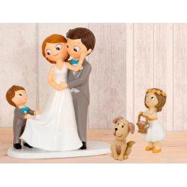 Figura novios tarta con niño llevando la cola de novia, más niña llevando cesta pétalos  y perro