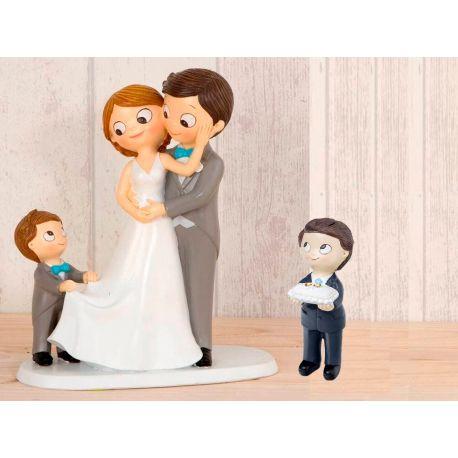 Figura novios tarta con niño llevando la cola de novia, más niño llevando anillos