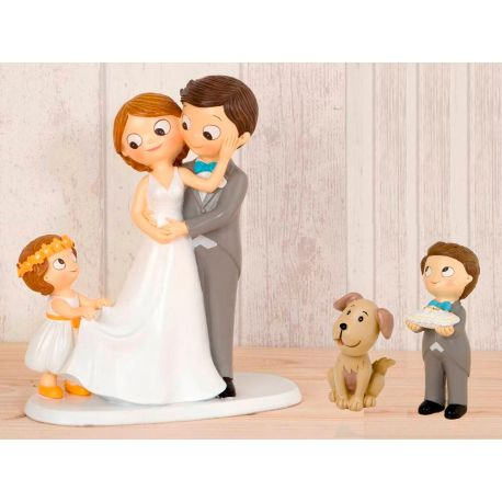 "Figura novios tarta con niña llevando la cola de novia, niño cojín alianzas y mascota ""Perro"""