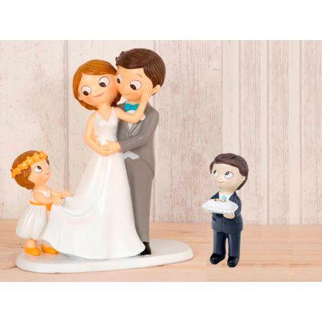 Figura novios tarta con niña llevando la cola de novia y niño con cojín alianzas