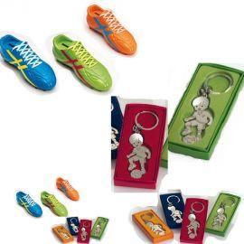 Pack Regalo Juvenil - 12 llaveros niño Futbolista con Caja Regalo y Original Hucha Bota