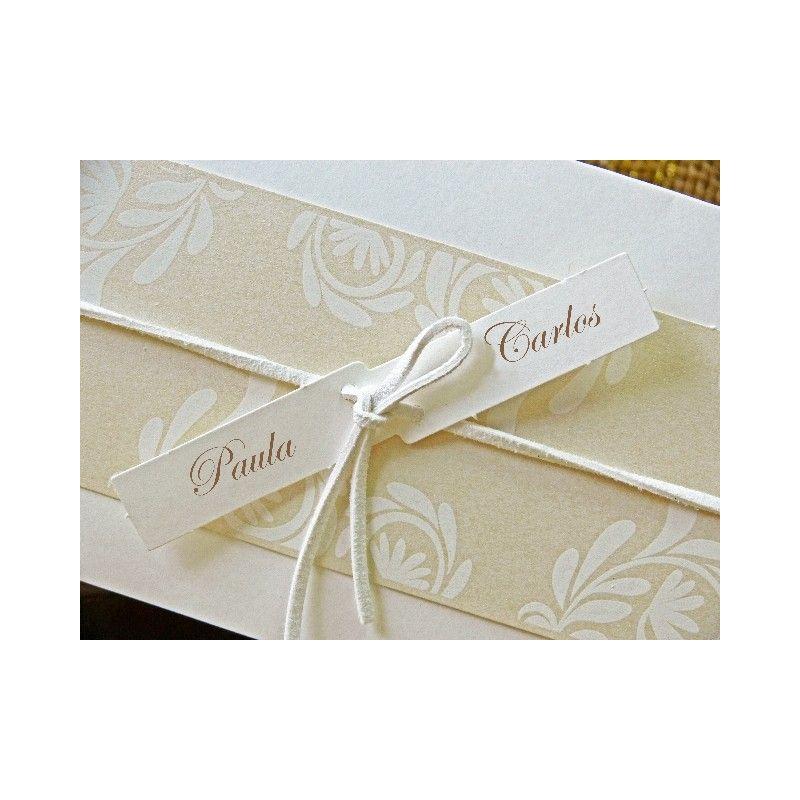 invitacion de boda con nombres atados en lazo tonos de beige