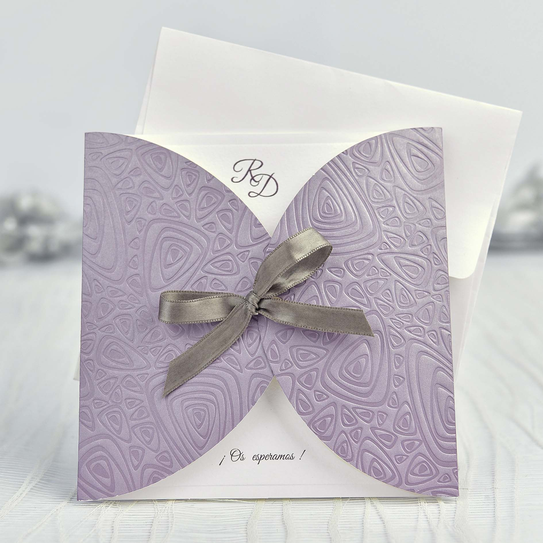invitacin boda sencilla y elegante con lazo en color gris sobre fondo morado